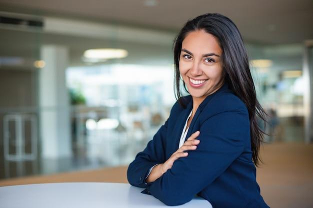 Joyeuse jeune femme d'affaires Photo gratuit