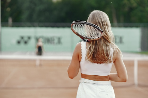Joyeuse Jeune Femme En T-shirt. Femme Tenant Une Raquette De Tennis Et Une Balle. Photo gratuit