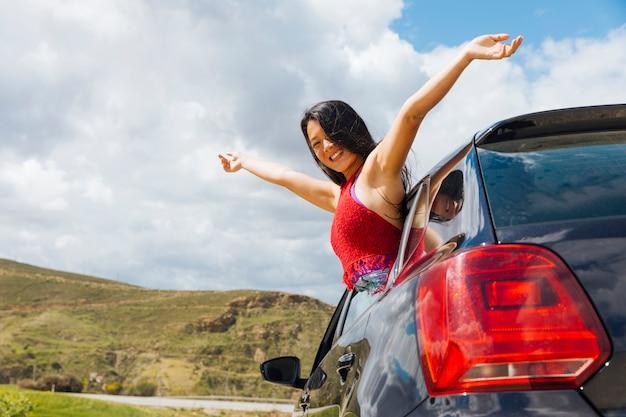 Joyeuse jeune femme en voiture Photo gratuit