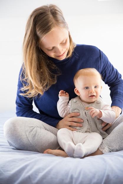 Joyeuse Jeune Nouvelle Maman Tenant Son Mignon Petit Bébé Photo gratuit