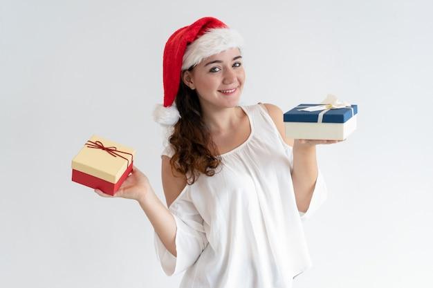 Joyeuse jolie fille annonçant la fête de noël Photo gratuit