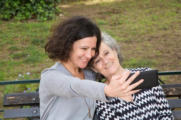 Joyeuse mère et fille prenant selfie Photo gratuit