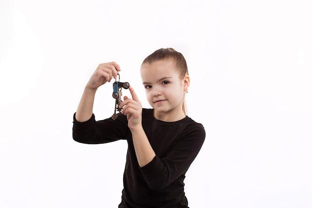 Joyeuse petite fille tenant les clefs Photo Premium