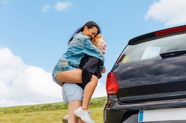 Joyeuses jeunes femmes s'amusant à la campagne Photo gratuit