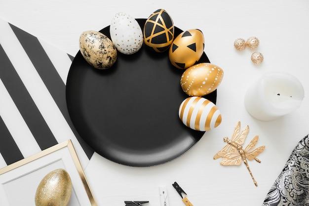 Joyeuses pâques fond avec des oeufs décorés dorés sur plaque noire Photo Premium
