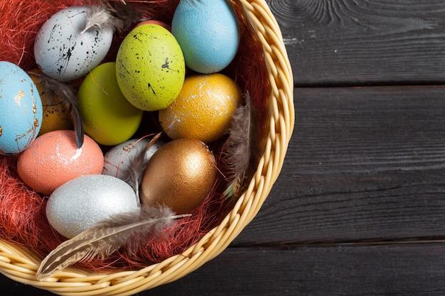Joyeuses Pâques! Oeufs De Pâques Sur Fond De Bois Photo Premium