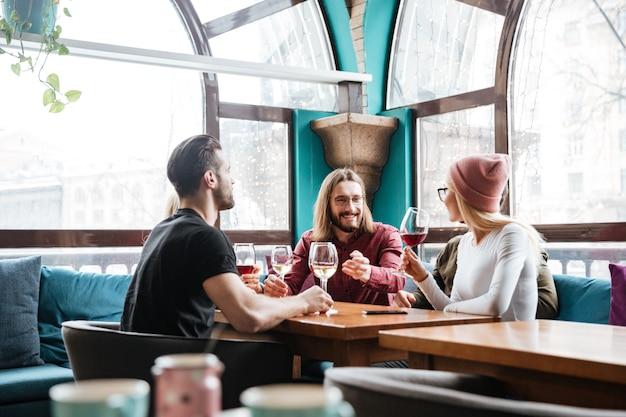 Joyeux Amis Assis Dans Un Café Et Buvant De L'alcool. Photo gratuit