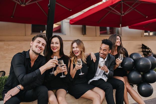 Joyeux Amis Buvant Du Champagne à La Fête En Plein Air Photo gratuit