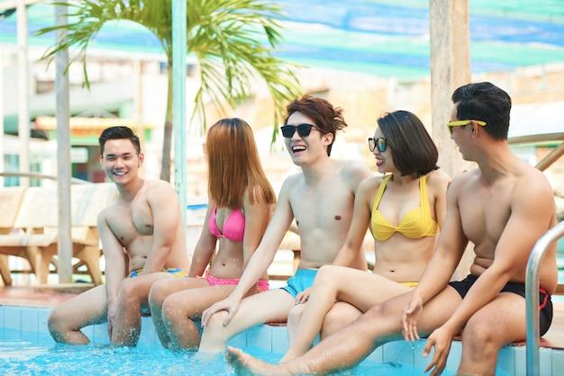 Joyeux amis dans la piscine Photo gratuit