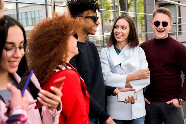 Joyeux amis multiraciales debout à l'extérieur Photo gratuit