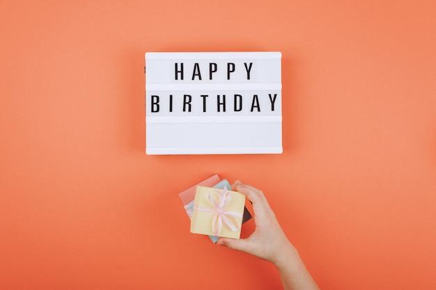 Joyeux anniversaire cadeau plat poser fond Photo Premium