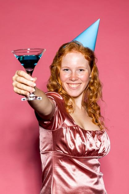 Joyeux Anniversaire Fille Applaudissant Avec Un Cocktail Photo gratuit