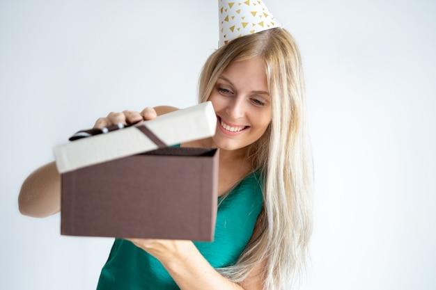 Joyeux anniversaire fille ouverture cadeaux Photo gratuit