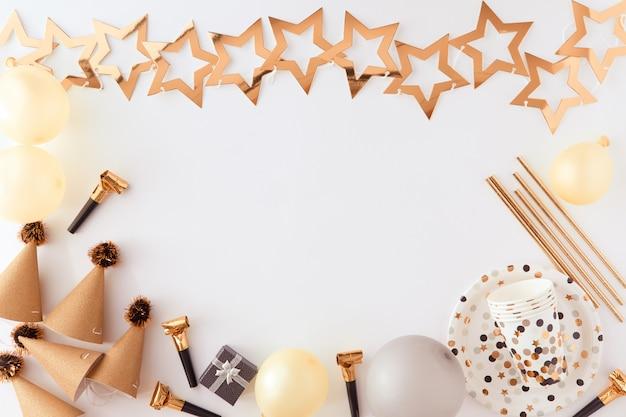 Joyeux Anniversaire Et Fond De Cadeau Avec Des Décorations En Or, Des Ballons Et Des Confettis Photo Premium