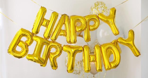 Joyeux anniversaire mots faits de ballons Photo Premium