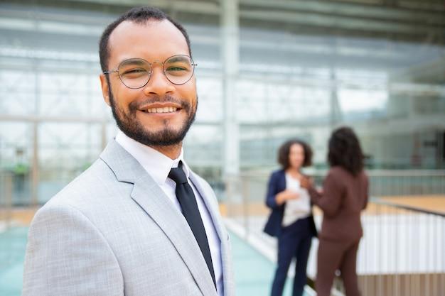 Joyeux bel homme d'affaires Photo gratuit