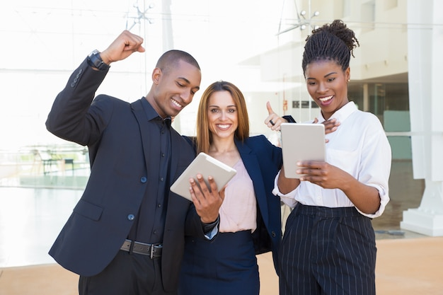 Joyeux collègues avec des tablettes Photo gratuit