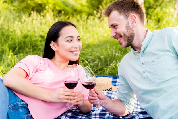 Joyeux Couple Amoureux Portant Des Verres à Vin Sur Un Pique-nique Dans La Nature Photo gratuit