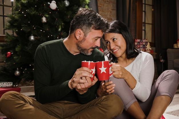 Joyeux Couple De Personnes âgées En Vedette Avec Affection Photo gratuit