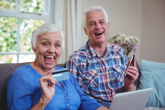 Joyeux Couple Senior Avec Carte De Crédit Et Technologie Photo Premium