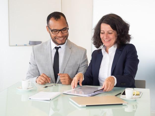 Joyeux gens d'affaires signant un contrat Photo gratuit