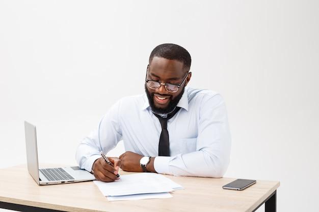 Joyeux grand sourire du lieu de travail de bureau exécutif heureux isoler sur fond blanc Photo Premium