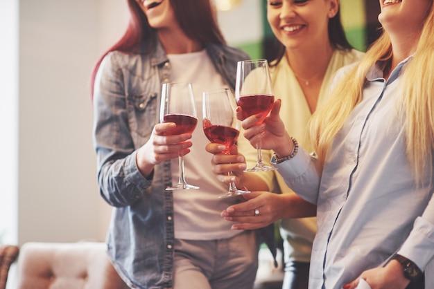 Joyeux groupe d'amis avec du vin rouge Photo Premium