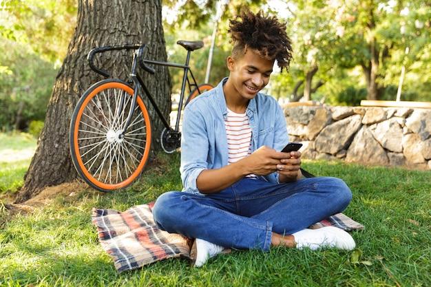 Joyeux Jeune Adolescent Avec Sac à Dos à L'extérieur Photo Premium