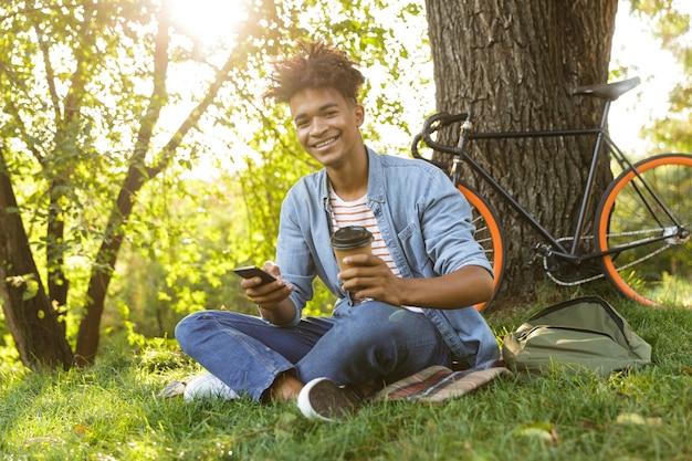Joyeux Jeune Adolescent Avec Sac à Dos En Plein Air Photo Premium