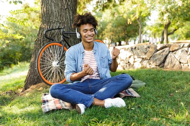 Joyeux Jeune Adolescent à Vélo à L'extérieur Photo Premium