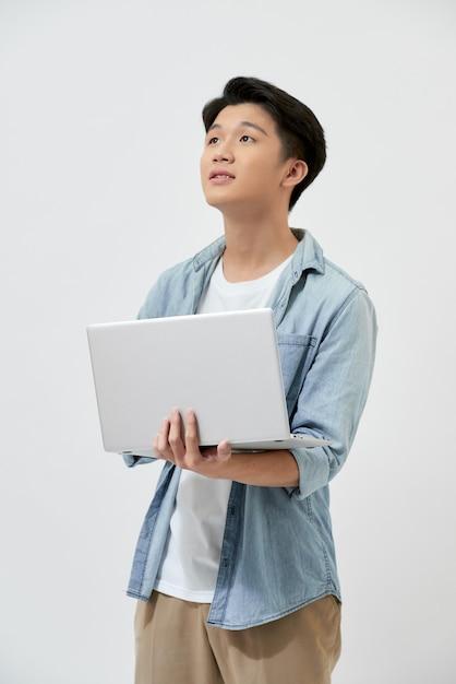 Joyeux Jeune étudiant Asiatique Avec Un Ordinateur Portable Photo Premium