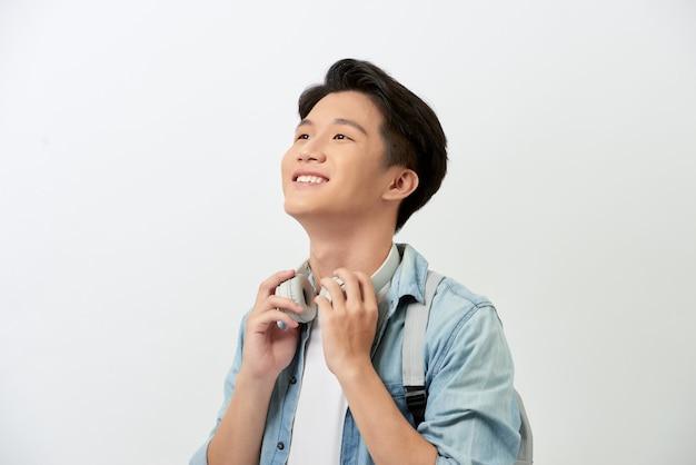 Joyeux Jeune étudiant Asiatique Avec Un Sac à Dos Photo Premium