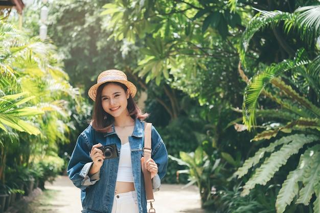 Joyeux jeune voyageant à l'étranger en été. Photo Premium