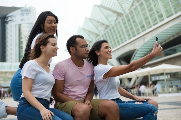Joyeux jeunes posant pour l'autoportrait Photo gratuit