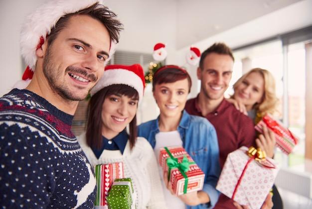 Joyeux Jeunes Tenant Des Cadeaux De Noël Photo gratuit