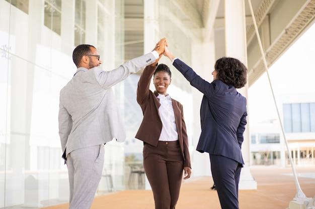 Joyeux joyeux collègues de travail célébrant le succès Photo gratuit