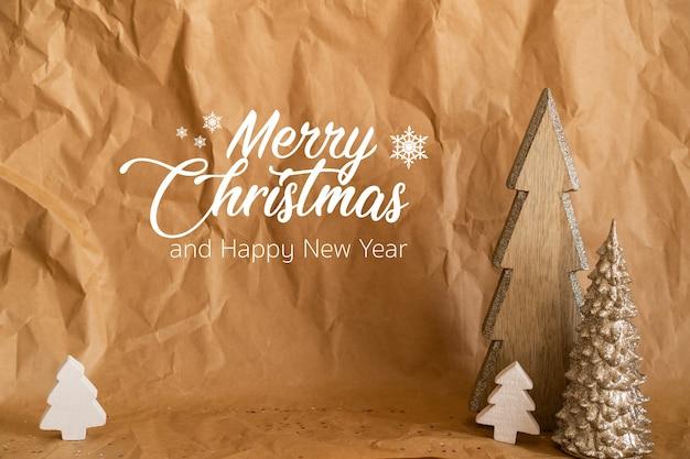 Joyeux Noel Et Bonne Année. Papier Artisanal Avec Des Arbres De Noël En Bois Photo Premium