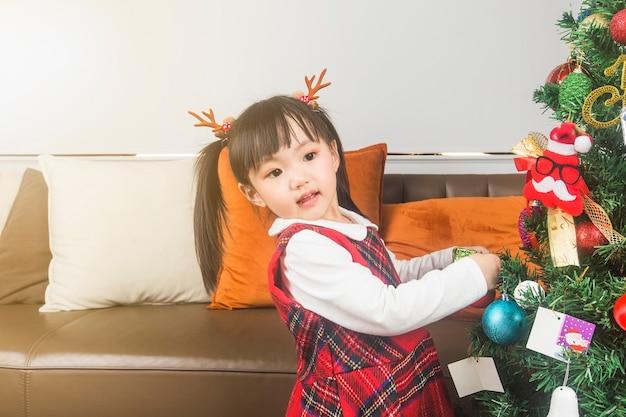 Joyeux Noël Et Bonnes Fêtes! Vacances Et Concept De L'enfance. Heureuse Petite Fille Souriante Avec Boîte-cadeau De Noël. Photo gratuit