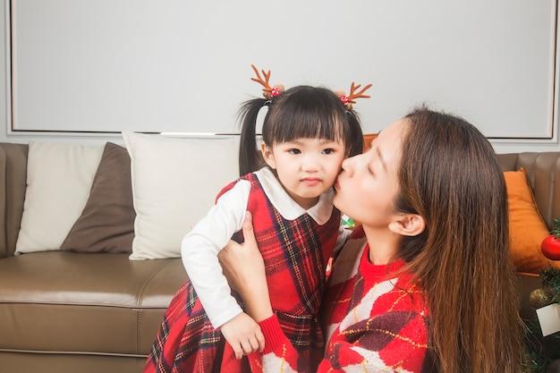 Joyeux Noël Et Bonnes Fêtes! Vacances Et Concept De L'enfance. Heureuse Petite Fille Souriante Avec Boîte-cadeau De Noël. Photo Premium