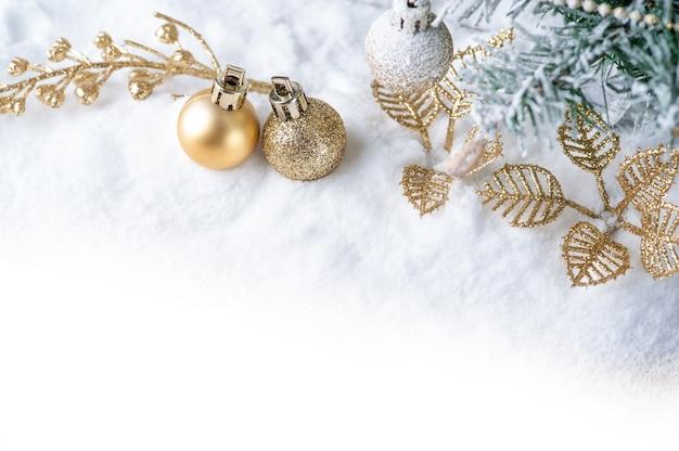 Joyeux noël. décoration de noël avec boule d'or sur la neige. Photo Premium