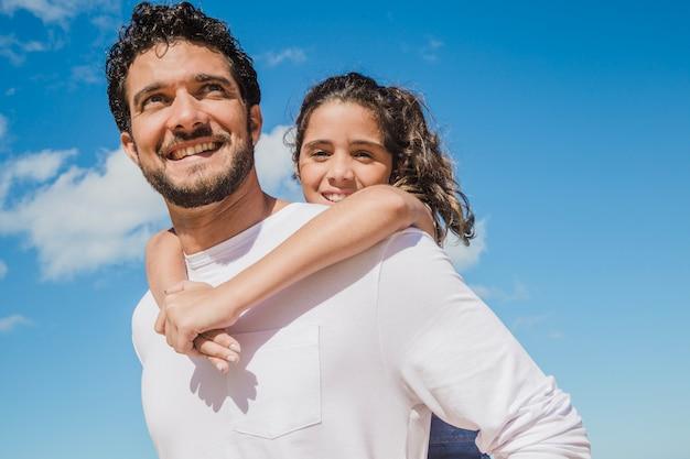 Joyeux père et fille Photo gratuit