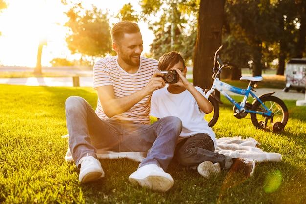 Joyeux Père Et Son Fils S'amusant Photo Premium