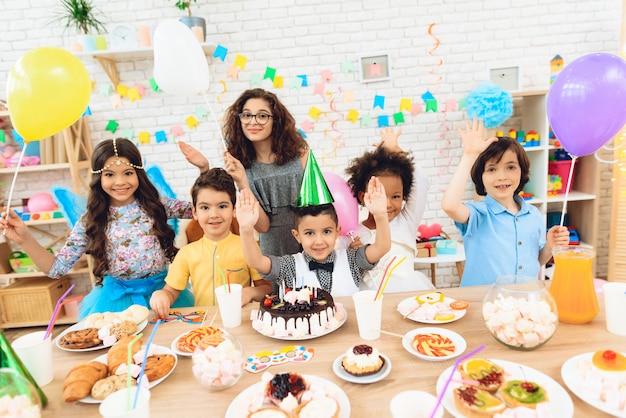 Joyeux petits enfants pour les anniversaires. Photo Premium