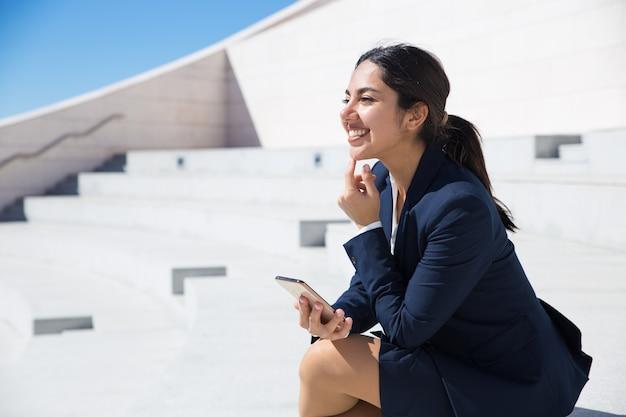 Joyeux Professionnel Gai Avec Smartphone Profitant D'une Scène Drôle Photo gratuit