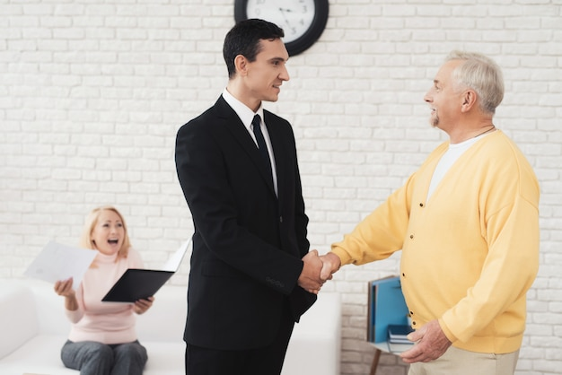 Joyeux sari serre la main avec un agent immobilier Photo Premium