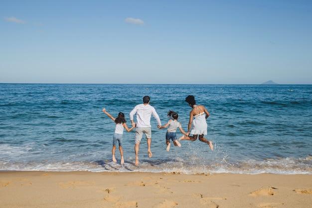Joyeux saut de famille Photo gratuit