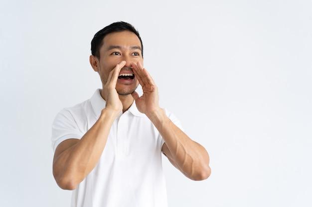 Joyful guy annonçant de bonnes nouvelles Photo gratuit