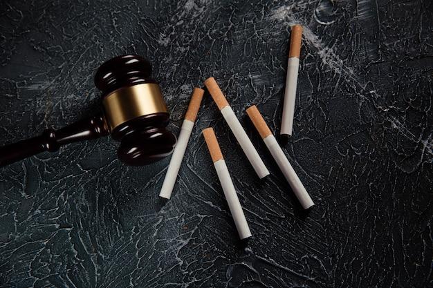 Juge Marteau Et Cigarettes Sur Table Grise Loi Sur Le Tabac Photo Premium