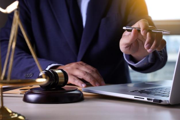 Juge marteau avec la justice avocats avocat travail juge concept Photo Premium