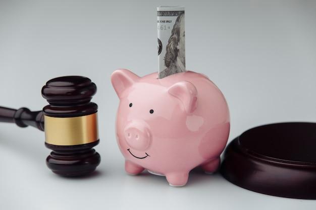 Juge Marteau Et Tirelire Rose Avec Billet D'un Dollar. Concept De Prêt Et De Financement. Photo Premium